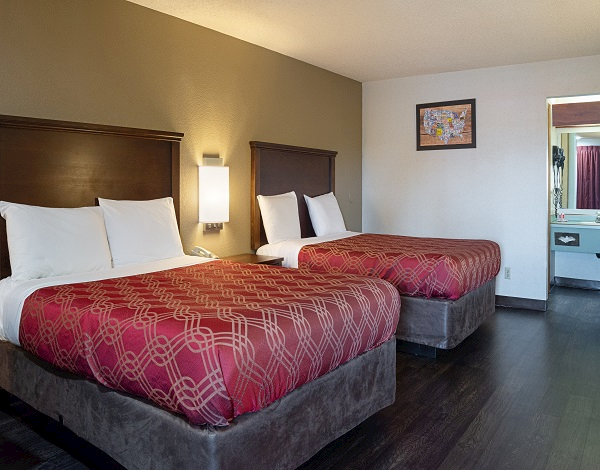 2 Queen Beds from Econolodge South East Portland, OR